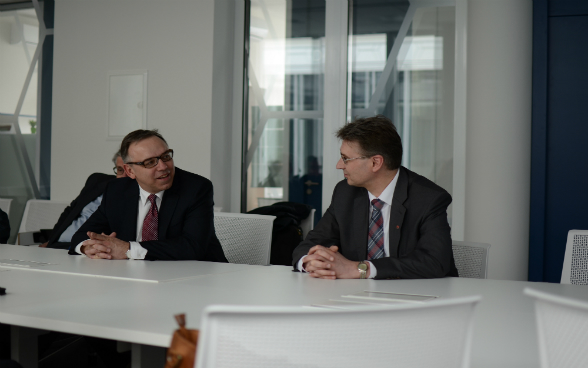 Swiss ambassador Nicolas Brühl (on the left) with professor Juras Banys (on the right) at Vilnius University. © Agnė Srebaliūtė